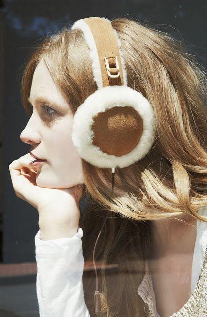 キャメル色・ムートン素材のイヤーマフを同系色ニットと合わせて♡ イヤーマフを使ったコーデ・ファッションスタイルのまとめ。