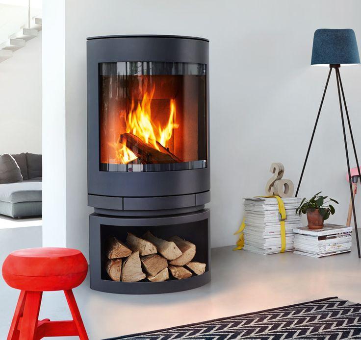 Der Kaminofen »emotion m« zeigt viel Feuer, ist frei aufstellbar und optional mit einem drehbaren Oberteil ausgestattet. In zwei unterschiedlichen Größen erhältlich, passt er sich durch eine geringe Tiefe jeder Raumsituation an.