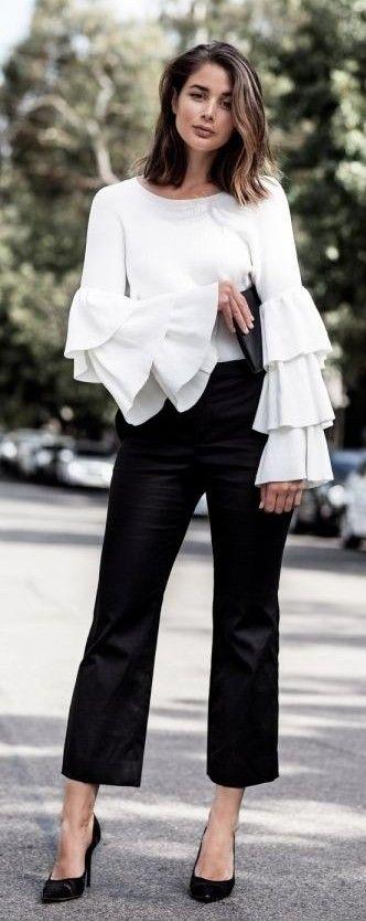 Blusa con mangas + pantalones negros. Los colores le dan sobriedad al outfit, pero el corte de las mangas marca tendencia. Tips para vestir bien en el trabajo.