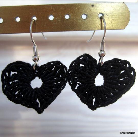 Øreringe men hæklet hjerter. Er til salg på Kreaværelsets amio-side for kun 25kr.