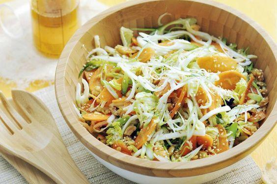 Friszoete mix van Chinese kool en wortel met een dressing van honing en gember in deze Aziatische koolsalade - Recept - Allerhande