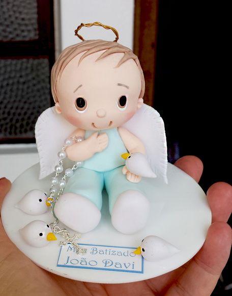 Topo de bolo batizado menino com roupa azul claro.  A altura da peça é de 8cm…