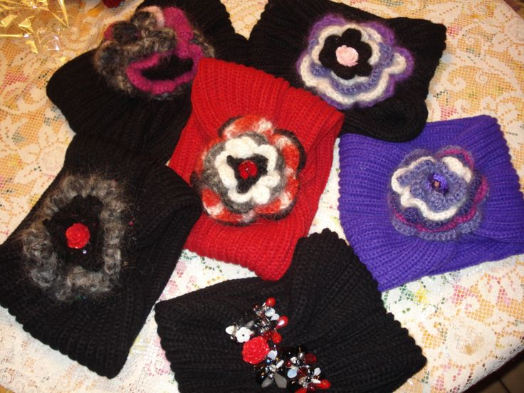 scaldacolli  in lna a costa inglese di vario colore con fermaglio a rosa  lavorata a crochet in diverse cromie  o applicazioni di pietre dure..