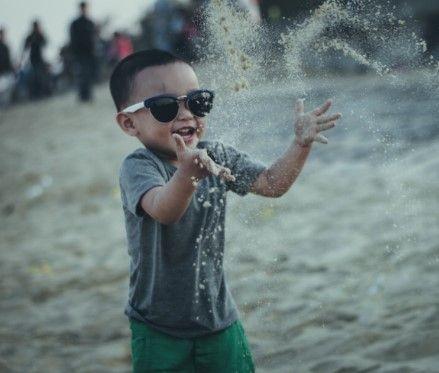 """Çocuğunuza güneş gözlüğü seçerken dikkat Sitemize """"Çocuğunuza güneş gözlüğü seçerken dikkat"""" konusu eklenmiştir. Detaylar için ziyaret ediniz. https://www.cocukrehberi.net/psikoloji/cocugunuza-gunes-gozlugu-secerken-dikkat.html .  çocuk,çocuk güneş gözlüğü,güneş,güneş gözlüğü,güneş gözlüğü seçimi,seçmek,UVA,UVA filtre,şapka,cilt,cilt sorunları,güneş ışınları,deniz,havuz, Tuğrul Altan"""