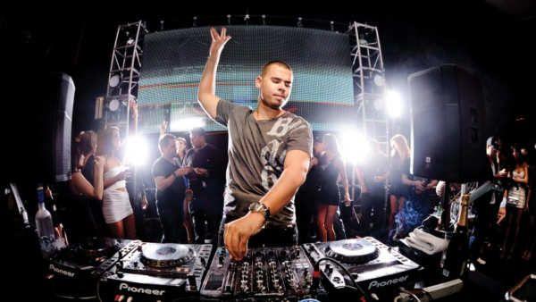 Nick van de Wall (n. Spijkenisse, Países Bajos, 9 de septiembre de 1987), mejor conocido como Afrojack, es un DJ y productor neerlandés de música electrónica. Actualmente ocupa el puesto #10 en la encuesta realizada en 2016 por la revista DJmag y Decendiendo 2 puestos con respecto al año anterior.2Afrojack - SummerThing!La cancion del dia ( Afrojack - SummerThing!.#Afrojack #Lacanciondeldia...