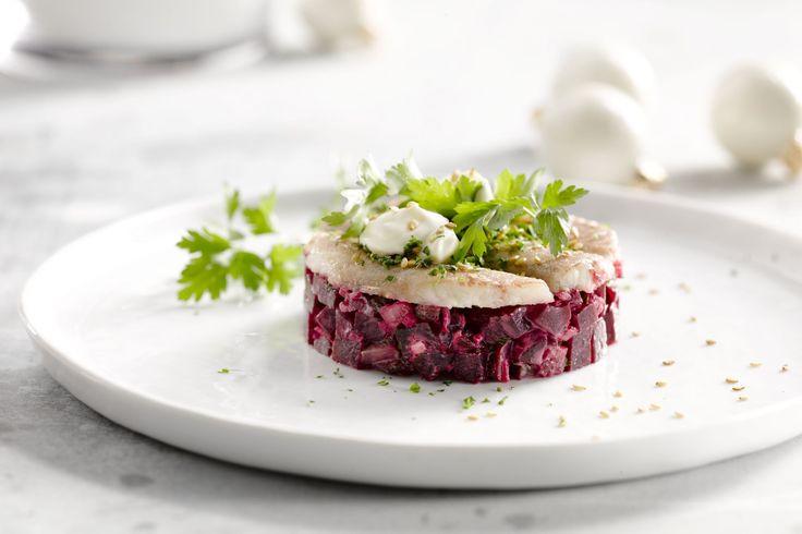 Deze tartaar van rode biet met gerookte paling en zure room is een Scandinavisch geïnspireerd feestelijk voorgerecht. Lekker fris!