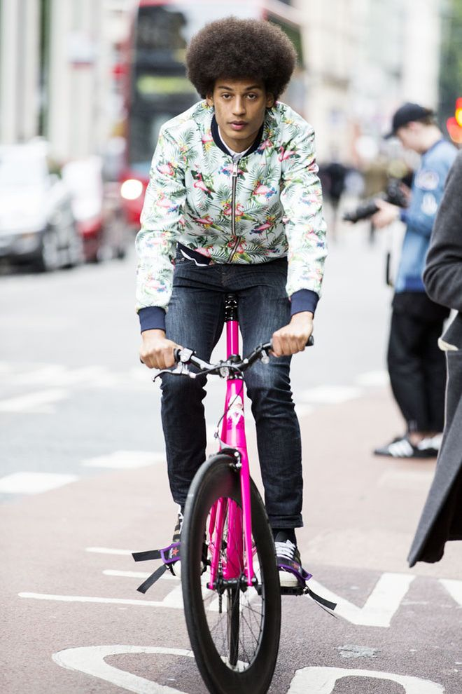 Street looks homme, coupe afro, vélo