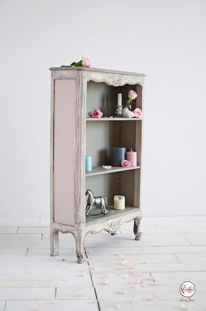 In her final project as Painter in Residence, Agnieszka Krawczyk chose soft pastels from the Chalk Paint® palette to create a delicate and romantic vintage look. Working with Antoinette, Paris Grey, French Linen and Old White, Agnieszka applied the paint in layers then chipped and sanded the paint back to create a natural worn finish.