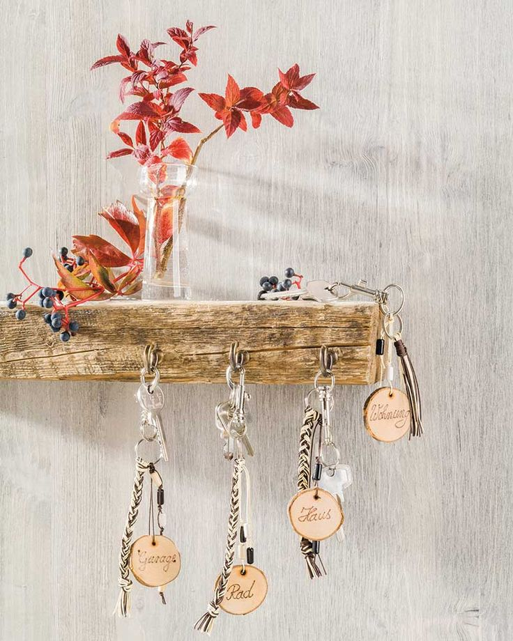 """Schlüsselanhänger aus Holzscheiben (Idee mit Anleitung – Klick auf """"Besuchen""""!) - Endlich hat Papa Ordnung bei seinen Schlüsseln! Alle Schlüssel bekommen ein schickes, selbstgestaltetes Holzschildchen mit einem hübschen Anhänger. Ein tolles, selbstgebasteltes Vatertagsgeschenk!"""