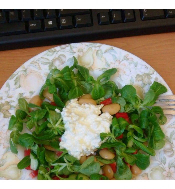 Op kantoor ben je niet perse veroordeeld tot een saai bammetje, je kan ook deze snelle mega gezonde salade meenemen!…