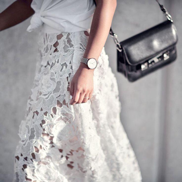 Jupe en dentelle ample et mi-longue + tee-shirt blanc noué sur le devant + sac noir de caractère = le bon mix