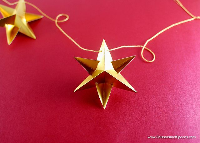 DIY Christmas Ornaments: Paper Star Garland