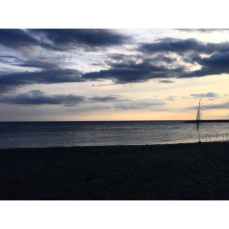Am 3. Tag der #mompositivity #instachallenge von @familieberlin und @lotte.und.lieke geht es um die #GedankenAmMorgen... Heute musste ich an unseren Italien #Urlaub denken der fast genau ein Jahr her ist. Es war so herrlich schön 14 Tage Italien. 14 Tage #Sonne #Strand und #Meer. Hachja.   Wehmütig macht mich das ein wenig weil der nächste Urlaub nicht so bald in Sicht ist. Zu viel steht in den nächsten 10 Monaten an so viele Veränderungen so viel... ich bin gespannt wann das wieder gehen…