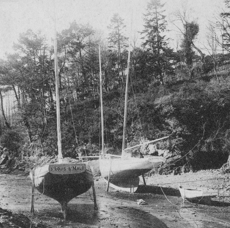 Deux petits yachts désarmés dans l'anse du Pissot sur la Rance, celui de gauche le St Louis est gréé en  cotre et celui de droite la Céline Marie de St Malo  est gréé en bisquine avec des mâts d'une longueur démesurée