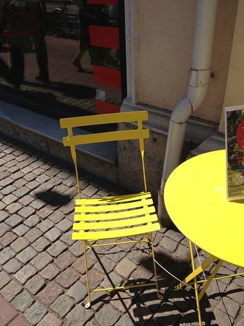 Inspirerande och färgglada utemöbler! De här gula möblerna är riktiga glädjespridare.