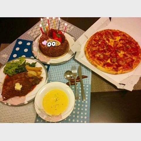 . . . 💐 4/16 : 弟の誕生日 . ✔ ステーキ300g ✔ コーンスープ ✔ ドミノピザ / ギガ.ミートL ✔ 誕生日ケーキ . ちゃっかり遥輝とおなじ誕生日 ロッテには松永と香月がいるし Twitterみててもいっぱいいるし 4/16って誕生日人口多いのかな ( 笑 ) . #誕生日 #おめでとう #弟 #誕生日祝い #誕生日会 #おうちごはん #晩ごはん #ごはん #おやつ #家族 #姉弟 #ステーキ #肉 #コーンスープ#ピザ  #ドミノピザ #ギガミート #Lサイズ #ケーキ #チョコレートケーキ #誕生日ケーキ #いちごの樹 #instafood #instagood #l4l