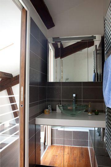 Des miroirs pour un effet de grandeur garanti - 30 petites salles de bains qu'on adore - CôtéMaison.fr