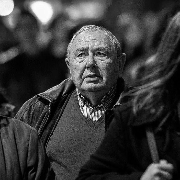 old man walking in gran via madrid dec 2015  #oldman #candid #portrait #retrato #granvia #streetphotography #spontaneous #naturalidad #hombre