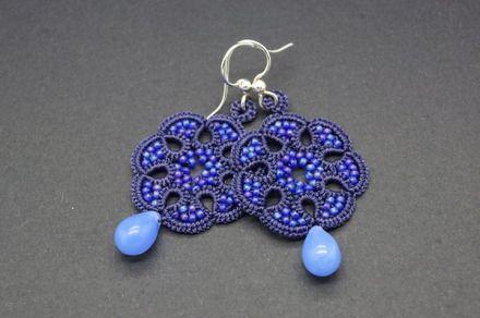 Ce bijou est réalisé à la main, en frivolité à la navette avec un fil violet foncé en polyester, la dentelle est ornée de petites perles de verre japonaises bleues irisées. - 19127502