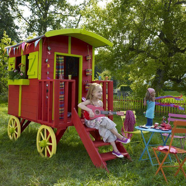 maisonnette en bois roulotte castorama dans le jardin. Black Bedroom Furniture Sets. Home Design Ideas
