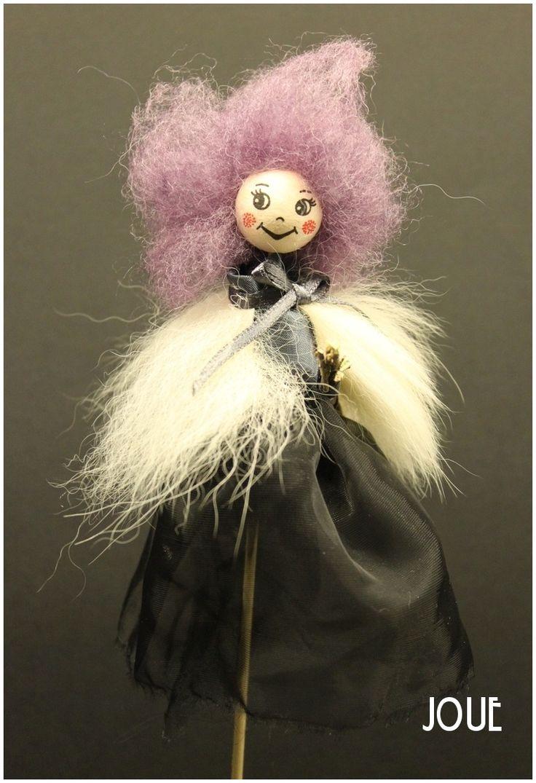 Halloween witch Skřítek - Čarodějnice na koštěti fialová Podzimní dekorace skřítka - zápich na špejli. Vyrobená ze zbytků látek od babičky švadlenky, přírodnin a hlaviček prodejceVata. Velikost od vlásků ke konci špejle 34 cm. Samotná postavička 16 cm. Na přání lze skřítka na špejli předělat na zavěsení.