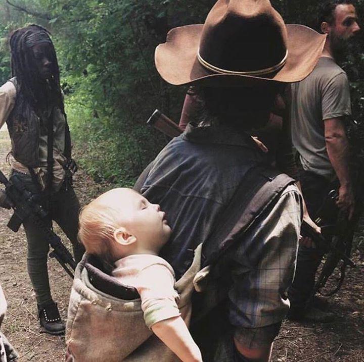 The Walking Dead . ON THE SET..CARL WALKING HIS SISTER TO SLEEP... SO SWEET!!!