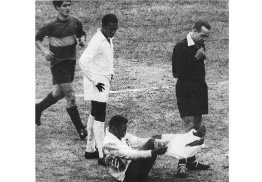 Em 1963, após derrotar os argentinos do Boca Juniors por 2 a 1, o Santos abriria caminho para o segundo título mundial, levando o segundo caneco da Copa Libertadores. Na tentativa de parar Pelé, um defensor do Boca quase arrancou o calção do Rei.