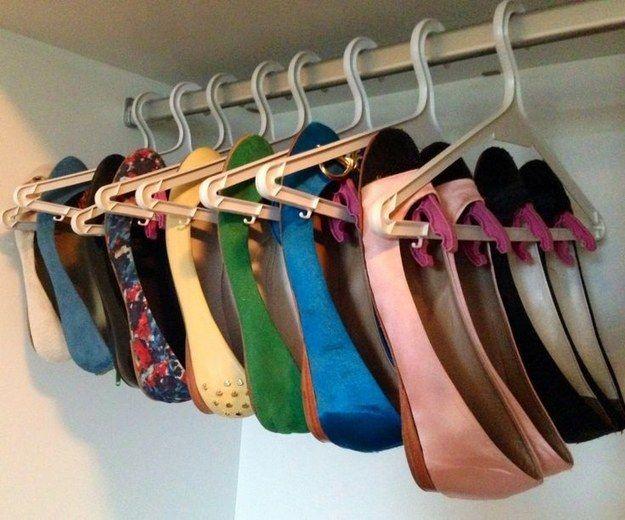Mais um jeito de guardar sapatilhas: cabides e pregadores criam uma sapateira suspensa.