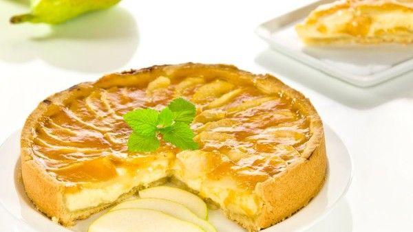 Zpestřete si jídelníček sladkým hruškovým koláčem s tvarohovo-pudinkovou náplní. Pavlína Bersziová vám poradí, jak na něj.