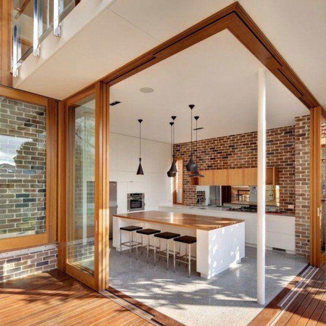 murs aspect brique traditionnelle et un mobilier élégant en bois clair