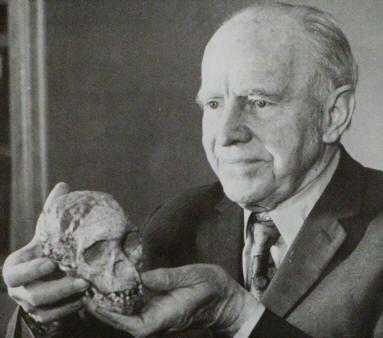 Junto con Louis Leakey y Robert Broom forma la terna (conjunto) de paleoantropólogos pioneros en buscar los orígenes del hombre en el continente africano, contra la opinión de la comunidad científica de su tiempo. Dart centró su actividad en Sudáfrica.  En 1924 descubrió el cráneo de un individuo de unos tres años