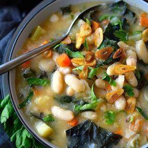 This vegan white bean and kale soup is easy to prepare in just 20 minutes, creamy and absolutely delicious! This is my version of the well-known Tuscan white bean soup with a secret ingredient in place of the parmesan to make it vegetarian- and vegan-friendly. Link to recipe in profile. ----------------------- Este potaje de alubias blancas y kale es vegano, fácil de preparar en sólo 20 minutos, cremoso y totalmente delicioso! Esta es mi versión de la conocida sopa toscana de alubias blancas…