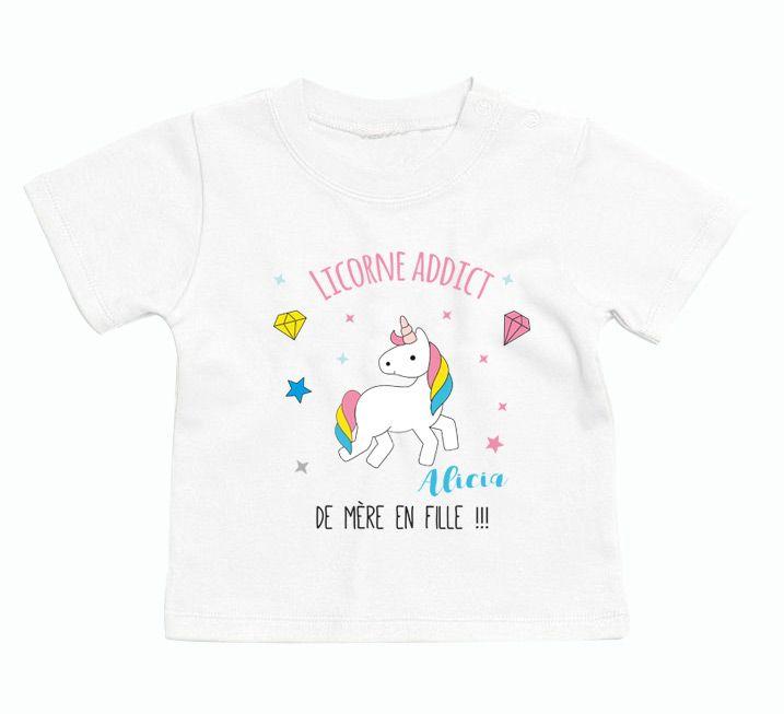 On craque littéralement pour ce t-shirt bébé personnalisé thème licorne addict de mère en fille. Une jolie idée de cadeau. Design très actuel et tendance.