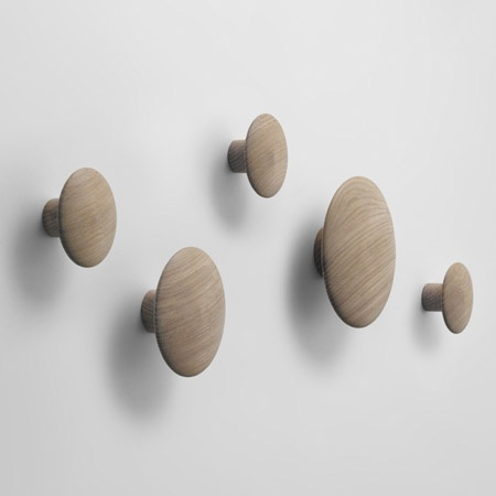 The Dots coat hanger in natural oak, yellow or black stained ash from Muuto. Design: Tveit & Tornøe.