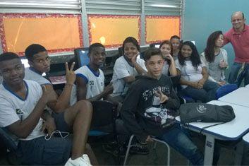 CIEP 365 ASA BRANCA. Aula em laboratório de informática incentiva alunos do Projeto Autonomia em Nova Iguaçu.