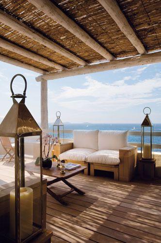 En busca de la sombra ... asientos de roble hechos a medida, mullidos cojines y almohadones de lona, linternas de latón marroquíes, sillas plegables y mesas de madera, de Royal Arrow