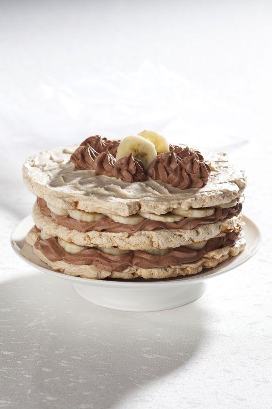 Ingredience: cukr krupice 200 gramů (jemný), ořechy 100 gramů (jemně mleté), bílek 4 kusy, sůl 1 špetka, banány 3 kusy, smetana 2 decilitry (31 - 33%), čokoláda hořká 100 gramů.