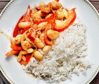 Denna utsökta tandoorigryta är en perfekt vegetarisk middag baserad på blomkål, vita bönor och paprika. En yoghurtklick uppå den mustiga grytan bidrar med en fräsch känsla. Servera tillsammans med ris.