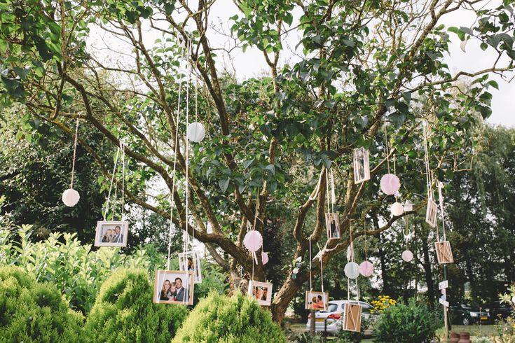 Jullie liefdesverhaal in hangende fotolijsten in een boom! //Foto: Wianda Bongen Photography.