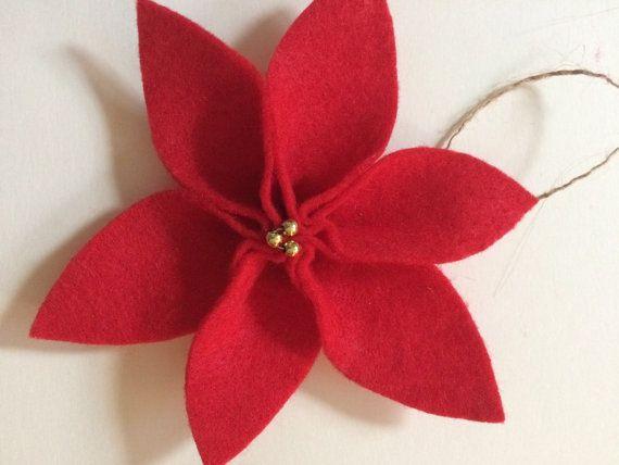 Dit is een aanbieding voor 1 vilt poinsettia ornament.  Bestel door 19 December ontvangen door Kerstmis  Deze Poinsettia zijn versierd met kraal centra.  Koos van witte vilt met zilveren parels of rode vilt met gouden kralen.  Elk komt met een jute jute haak op de zak om op te hangen op uw boom!  De ornamenten zijn ongeveer 3 inch breed.  Maak grote cadeaus