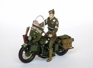 """Motocykl z amerykańskim żandarmem - Motocykl z figurką amerykańskiego żandarma wojskowego z okresu II wojny światowej. Model oraz figurka plastikowe, ręcznie złożone i ręcznie pomalowane w skali 1:35. """"Motorcycle with American Military Policeman"""" (101944) - These are a motorcycle with figures of American Military Policeman in the World War II. Plastic model and figure, hand-glued and hand-painted, 1:35 scale figure."""