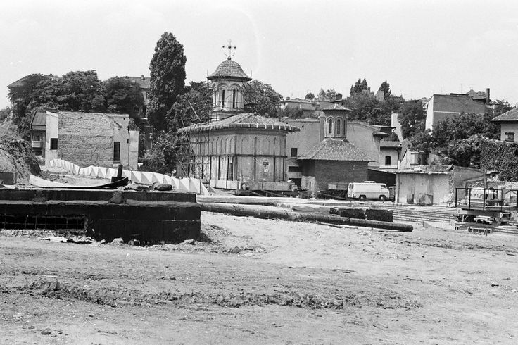 După demolarea chiliilor şi a vecinătăţilor, biserica Schitul Maicilor din dealul Arsenalului se pregăteşte să fie mutată, pentru a face loc curţii Casei Poporului (1982)  Source: Dan Vartanian