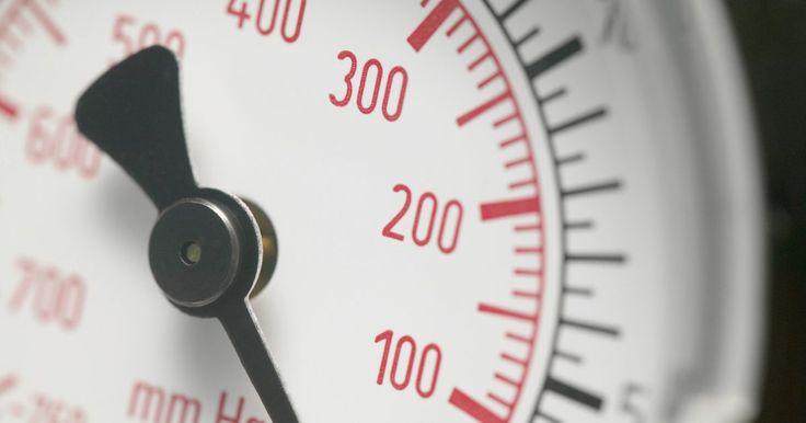 Cómo hacer un medidor de prueba de compresión. Un medidor de compresión es un medidor de presión que se utiliza para comprobar el nivel de compresión dentro de una cámara de combustión del motor de combustión interna. Estos medidores están diseñados para ser atornillados en el agujero de la bujía de la culata del cilindro. Una vez atornillado, el motor es encendido. El sistema de encendido ...