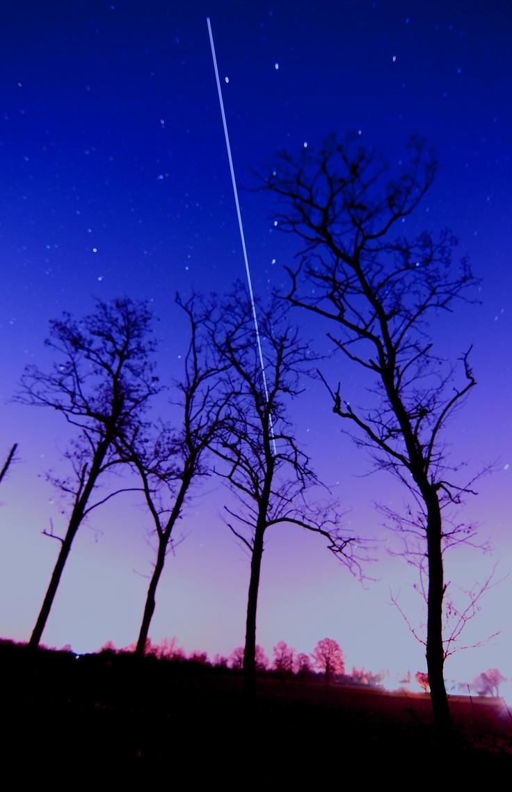 La ISS, Spazione Spaziale Internazionale, sorvola il Nord Italia poco dopo il tramonto