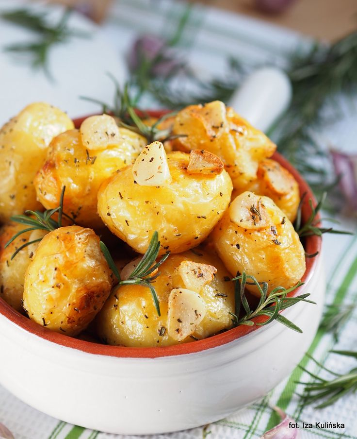 Smaczna Pyza: Z piekarnika. Złote kartofelki. Ziemniaki pieczone z czosnkiem i rozmarynem