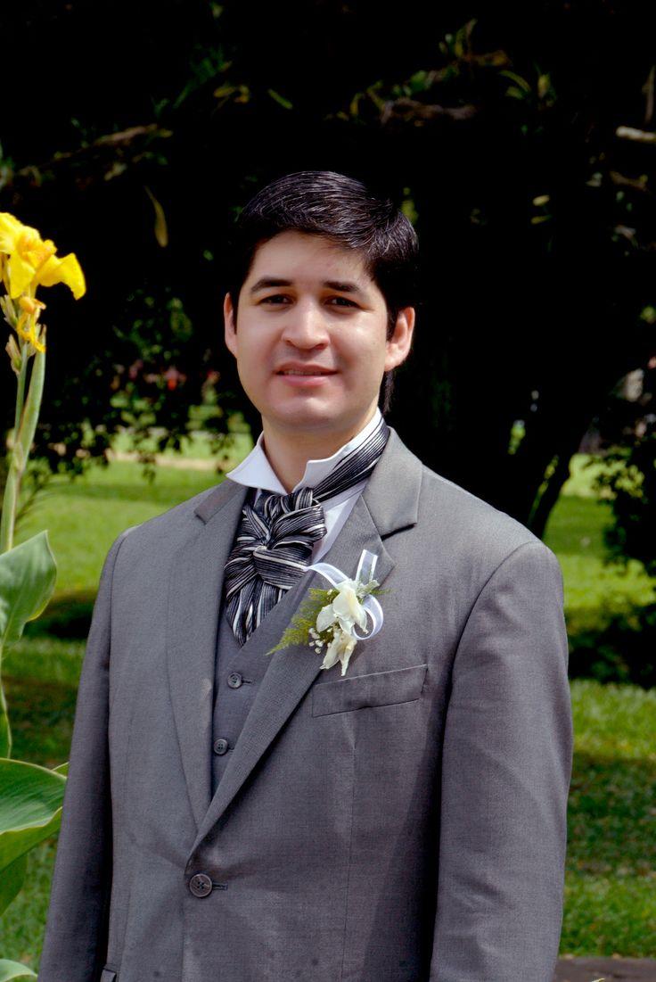 Julián fue un novio cálido y encantador, con un estilo clásico, elegante, y atemporal utilizando como corbata un nudo de lazo con su respectivo diseño, y una camisa de cuello alto. #FotografiasDeBodasCali