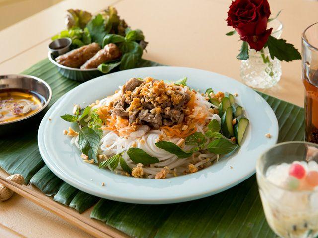 なぜかほっとするベトナムの朝ごはん ©WORLD BREAKFAST ALLDAY  ベトナムの伝統的な朝ごはん「ブン・ボー・サオ」。 ベトナム料理といえば「フォー」が有名ですが、実は現地では「ブン」のほうが親しまれているそうです。「ブン」も「フォー」と同じお米の麺ですが、その形状が丸麺と異なります。「ボー」は牛肉、「サオ」は炒めるという意味。麺を牛肉で炒めた料理というわけですね。香ばしい揚げ春巻きと一緒に食べればテンションも上がります。
