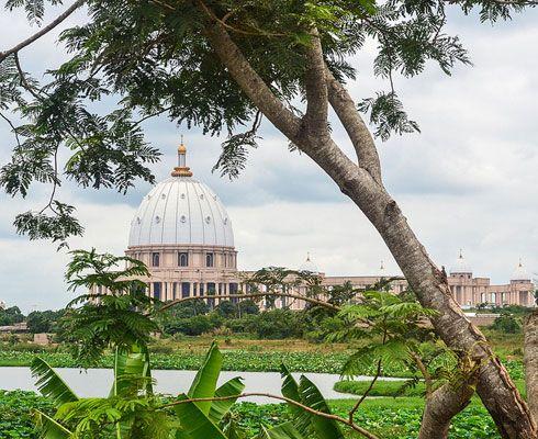 Basilica Sf. Petru din Vatican este cunoscuta tuturor turistilor, asa ca trebuie sa vezi cum arata si copia ei fidela din Africa!