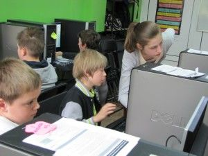 """Cześć ! Dzisiaj udało się zrealizować pierwszą część projektu """"Uczymy innych"""".W rolę nauczycielki wcieliłam się ja – Lokisia, natomiast moimi uczniami byli chłopcy i dziewczęta klasy czwartej. Zajęcia dotyczyły tworzenia prezentacji multimedialnych na stronie Prezi."""