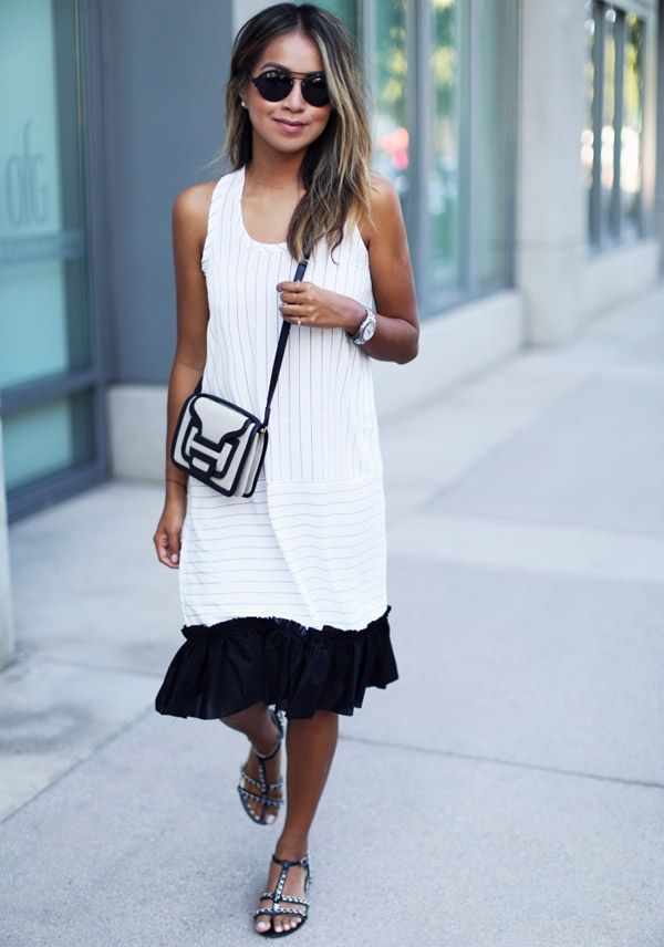 Look verão da blogueira Julie Sarinana com vestido midi branco e rasteirinha.